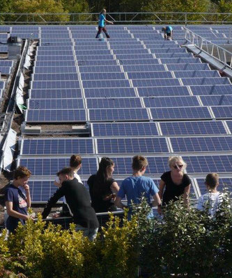Schüler/innen beim Bau des Solardaches auf dem Oberstufenschulhaus Schützenmatt, Solothurn - 2015