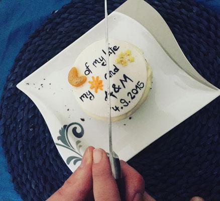 1. Hochzeitstag 2016 - Papierhochzeit - Cupcake anschneiden