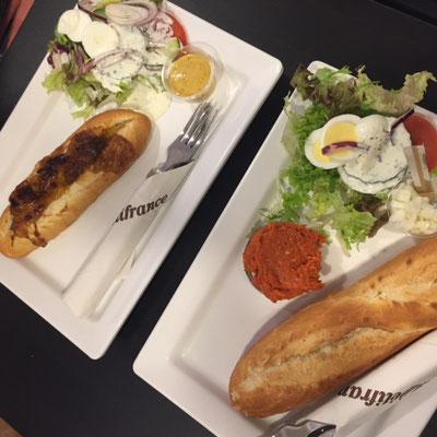 Erstmal Frühstücken im Cafe in Maastricht