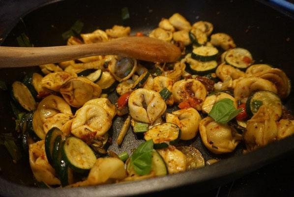 Fertig in 20 Min| Tortellini-Pfanne mit Fenchel und Zucchini