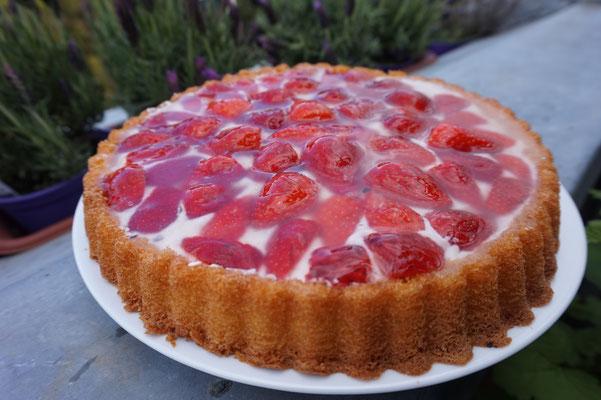 Einfacher Kuchen mit Erdbeeren auf einer Stracciatella-Creme
