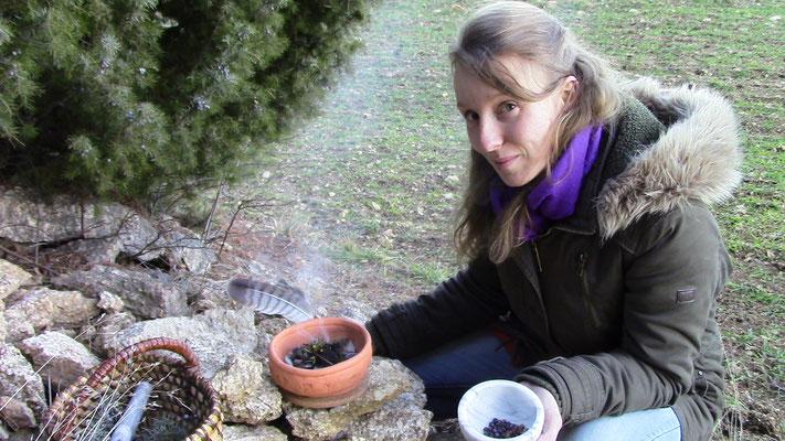 Räuchern mit Wacholderbeern riecht süßlich und harzig