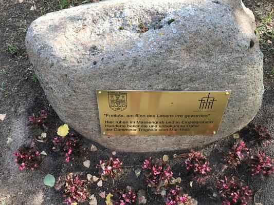 Denkmal der Freitoten am Rande des Massengrabes