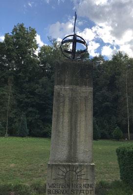 Denkmal am Rande des Massengrabes