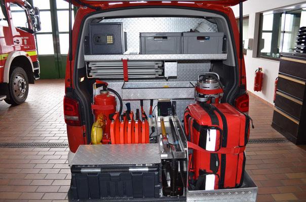 diverse Ausrüstung wie z.B. First Responder Rucksack mit einem Defibrillator, Akku-Spreizer etc.