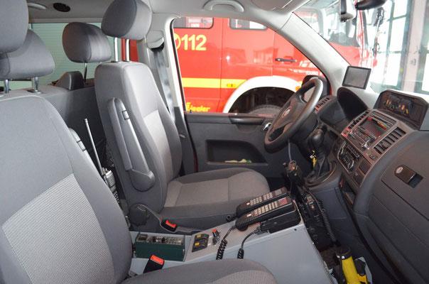 Fahrerraum mit Funkgeräten für den Einsatzleiter, auch für landkreisübergreifende Einsätze
