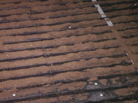 Spaltenboden vor der Reinigung