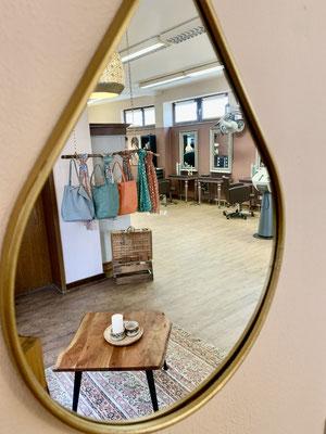 Der Salon des Altstadtfriseur Johann in einem Spiegel