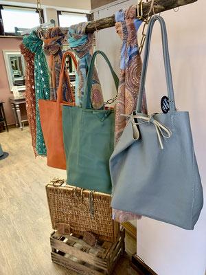 Taschen, die zum Verkauf stehen