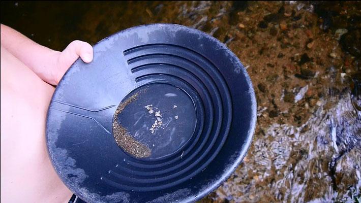 Cleanout mit Goldwaschpfanne