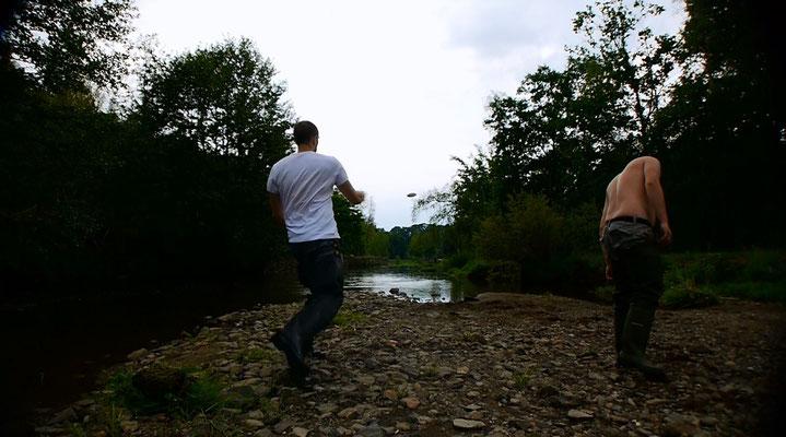 Steineschnipsen am Fluss