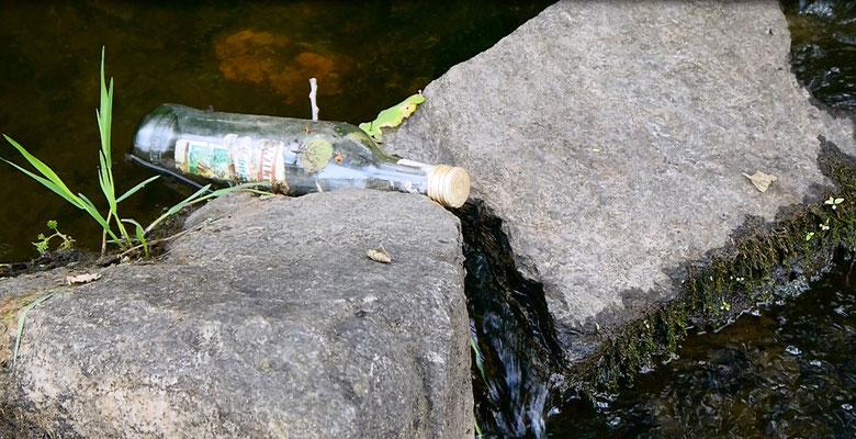 Flaschenpost auf dem Trockenen