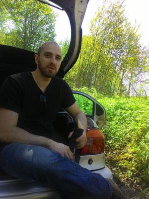 Mann mit schwarzem Shirt in Kofferraum