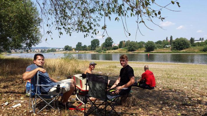 Camping Lagerfeuer Grillen an der Elbe in Dresden