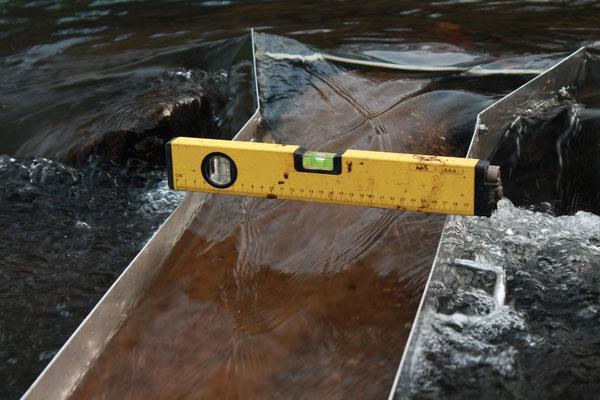 Goldwaschrinne wird mit Wasserwaage positioniert