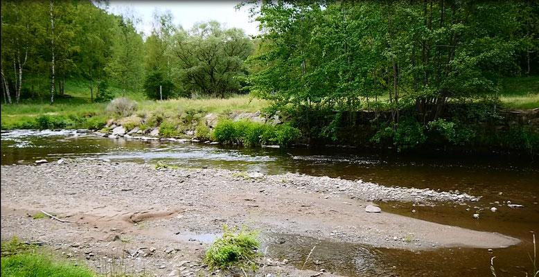Schotter- und Sandbank in einem Fluss