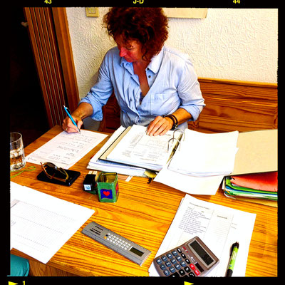 Marion Staack von ABCert prüft die Bücher