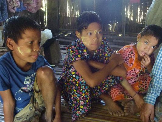 CETTE FAMILLE SUBSISTE DANS DES CONDITIONS TRÈS DIFFICILES ET PASDB PREND INTÉGRALEMENT EN CHARGE CE FOYER.