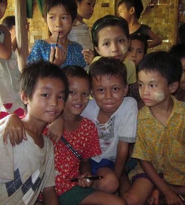 Enfants scolarisés par PASDB. Photo prise lors de la première remise de fournitures scolaires (grand moment pour ces enfants).
