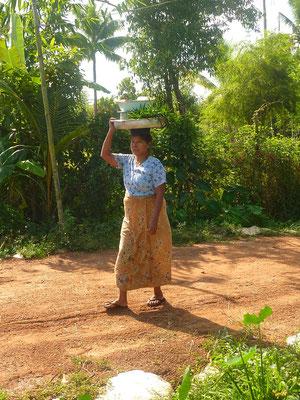 Grand-mère de 62 ans qui élève seule ses trois petits-enfants. Elle travaille un peu tous les jours mais PASDB prend intégralement en charge ce foyer (école, nourriture, soins, construction d'un puits).