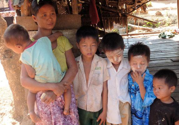 MÈRE ÉLEVANT SEULE SES 5 ENFANTS (MARI DÉCÉDÉ). CETTE FAMILLE EST INTÉGRALEMENT PRISE EN CHARGE PAR PASDB (SCOLARISATION, NOURRITURE, PETITS SOINS MÉDICAUX).