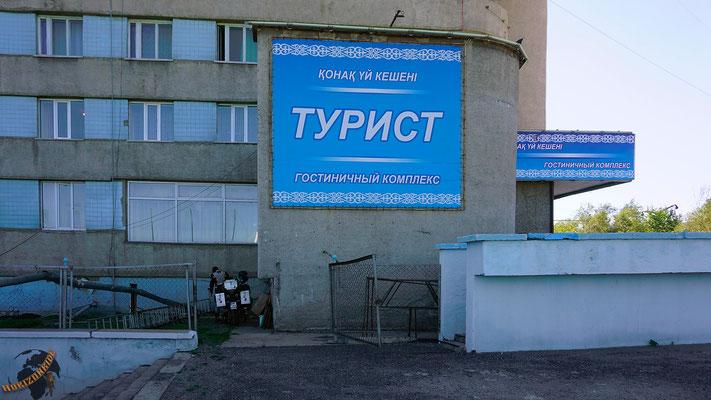 """Sicher geparktes Motorrad in einem kasachischen Hotel mit sowjetischem """"Charme""""..."""