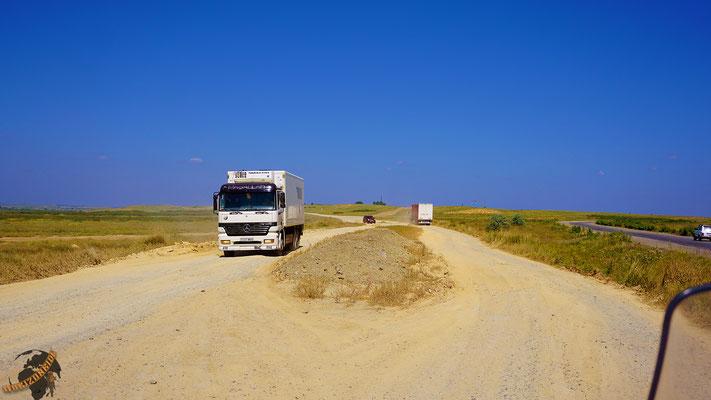 Viele Abschnitte der Straße nach Semei sind von Sand und Schotter unterbrochen und machen die Fahrt sehr anstrengend.