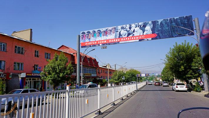 """""""Wie wollen wir in Zukunft leben?"""", fragt dieses Plakat sinngemäß. Kirgisistan befindet sich in einer Identitätskrise zwischen säkularer Demokratie und wachsendem Islamismus."""