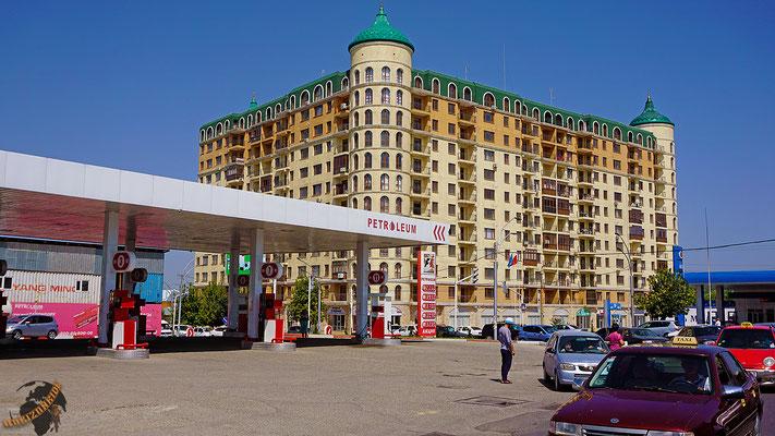 Eines der wenigen schönen Gebäude in Osch, Kirgisistan. Ein Hotel natürlich...