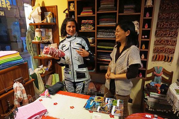Elli kauft ihr erstes Kopftuch. Handgemacht von einer extrem netten Japanerin.