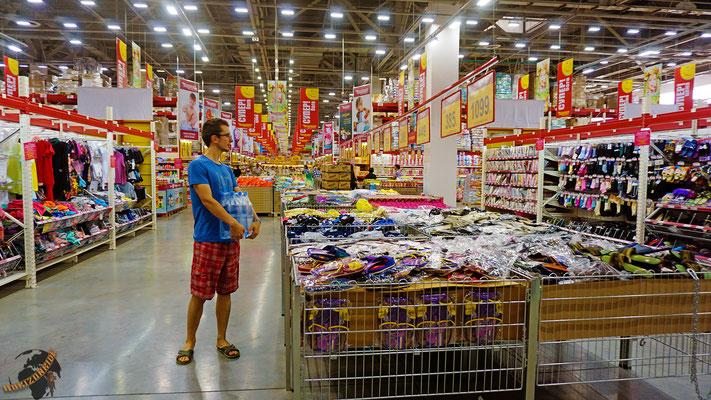 In Almaty stehen wir in dem größten Supermarkt, den wir je gesehen haben. Hier gibt es ALLES.