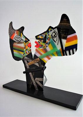 """Elena Gaure-Manta / Ich versuche mit meinen Objekten eine Spanne von der Vergangenheit bis hin zur Gegenwart zu erstellen. Als erstes symbolisiert das Objekt """"Der rote Karren"""" an die Zeiten vor 50 Jahren in Erftstadt. Danach kommen die Objekte """"Miteinande"""