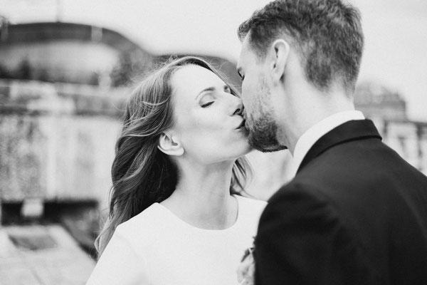 Brautpaar Kuss SW Foto Sascha Ornot Fotograf Hamburg