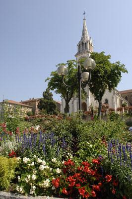 L'église et son parterre de fleurs