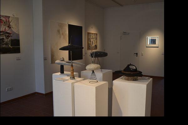 """Die """"Unbenannten Filzobjekte"""" von Beate Lambrecht; im Hintergrund Bilder von Jean Lessenich und Manfred Etten, """"Es kommt ein Schiff, geladen"""" von Nadja Hormisch"""