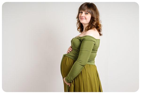 stolzi Schwangere zeigt ihren kugelrunden Bauch, Fotograf Braunschweig
