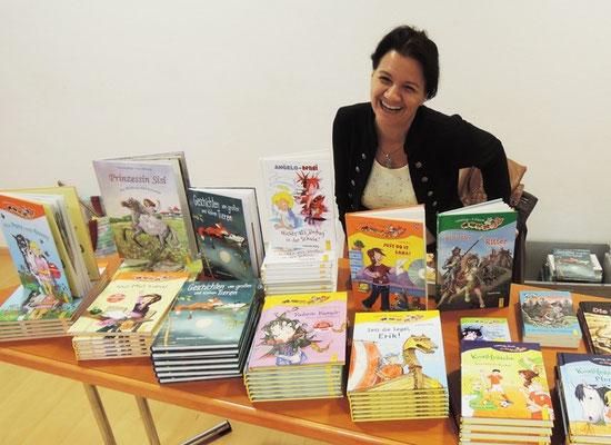 Gabriele Rittig inmitten ihrer Bücher