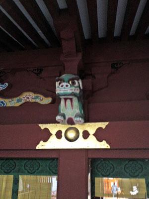 鵜戸神宮本殿左側の装飾部分の写真(獅子像だと思われる)