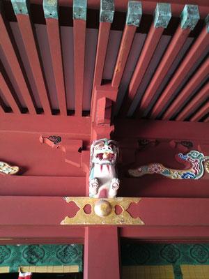 鵜戸神宮本殿右側の装飾部分の写真(獅子像だと思われる)