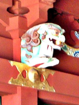 鵜戸神宮本殿の獅子像を横から撮影した写真