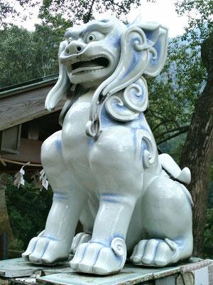 陶山神社の磁器製狛犬阿形の写真