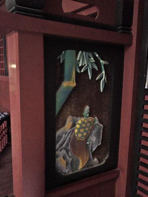 鵜戸神宮本殿左側の亀の彫刻の写真