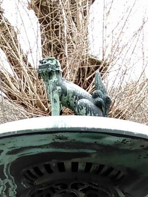 陶山神社青銅製灯籠上の狛犬吽形の写真