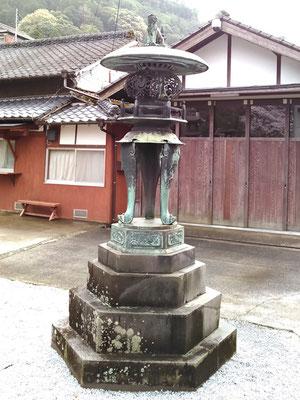 陶山神社の青銅製灯籠(右側)の写真