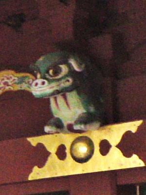 鵜戸神宮本殿左側の獅子像を横から撮影した写真
