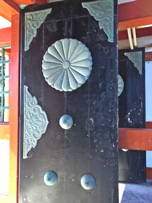 鵜戸神宮楼門の扉の写真