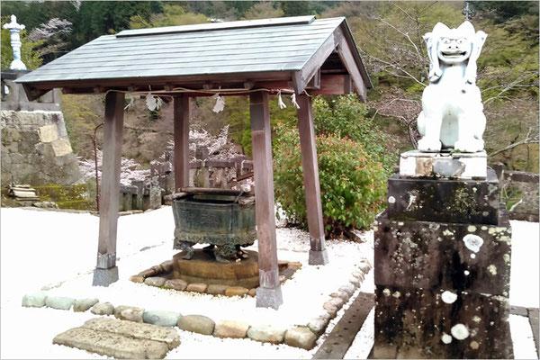 陶山神社手水鉢の写真
