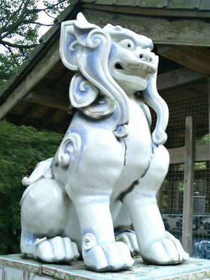 陶山神社の磁器製狛犬吽形の写真