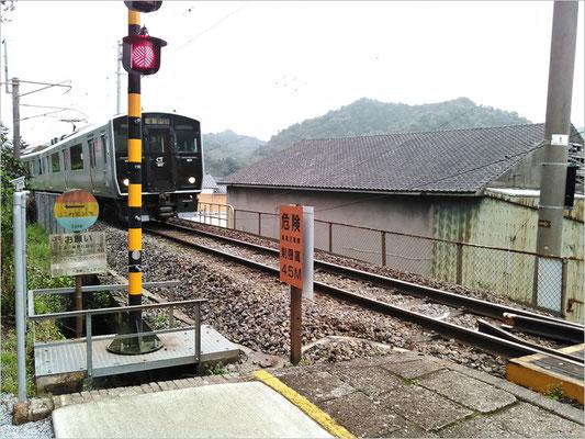 陶山神社線路上の電車の写真