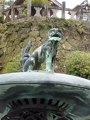 陶山神社青銅製灯籠上の狛犬阿形の写真